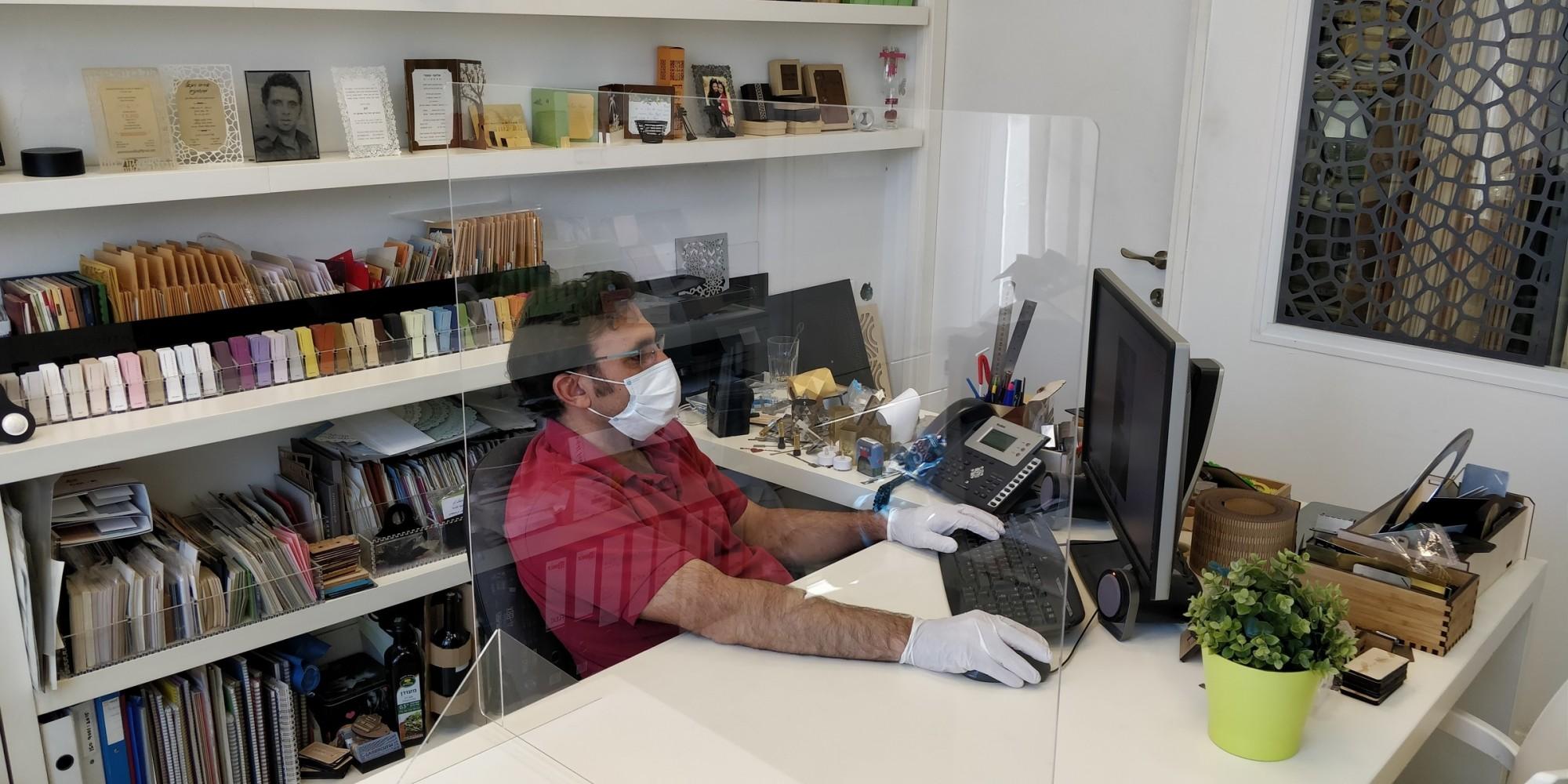 Desktop coronavirus protective shield - Acrylic