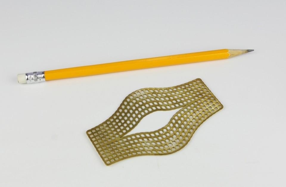 חיתוך בלייזר של תכשיט מפליז בעובי 0.5 מ