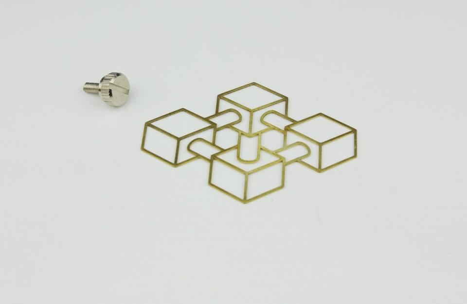 חיתוך בלייזר של תכשיט מפליז בעובי 0.8 מ