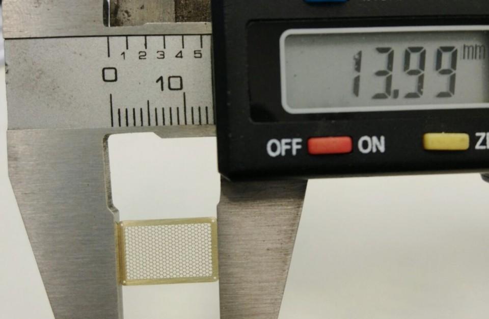חיתוך בלייזר של רשת משושים מפליז בעובי 0.8 מ