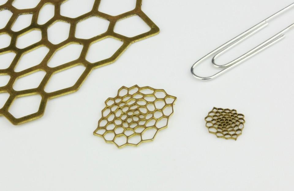 חיתוך בלייזר של תכשיט מפליזבמידות משתנות