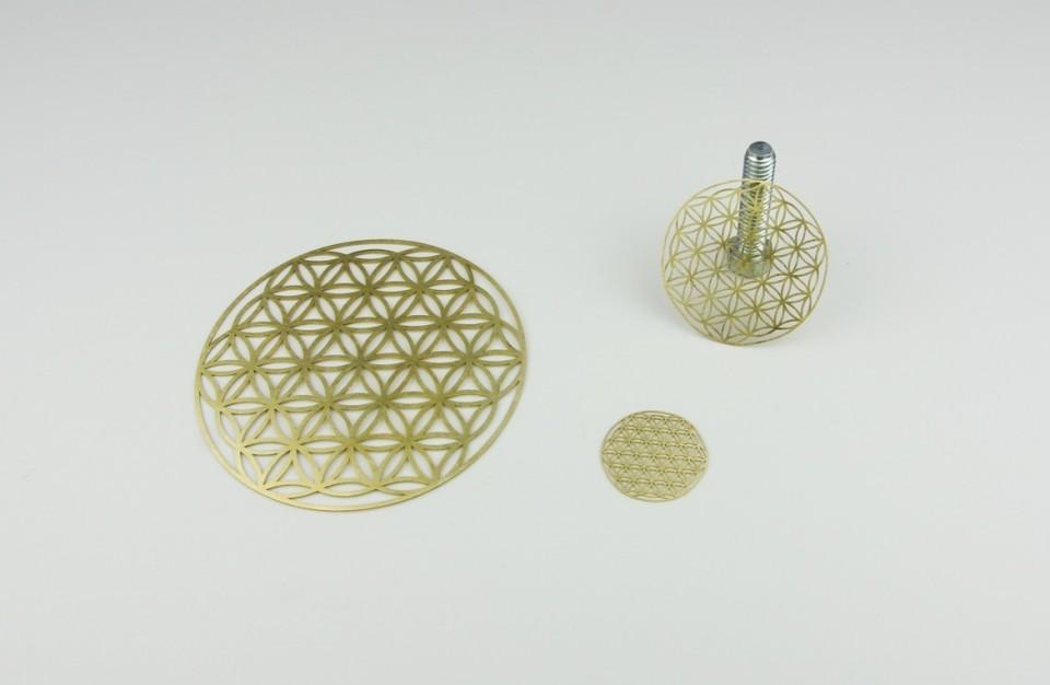 חיתוך בלייזר של אלמנטים מעוצבים מפליז בעובי 0.8 מ