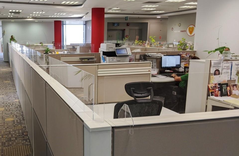 מחיצות שקופות להגנה מקורנה למשרדים