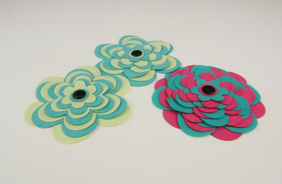 Laser cutting of colored fabric elements for a floral decorations