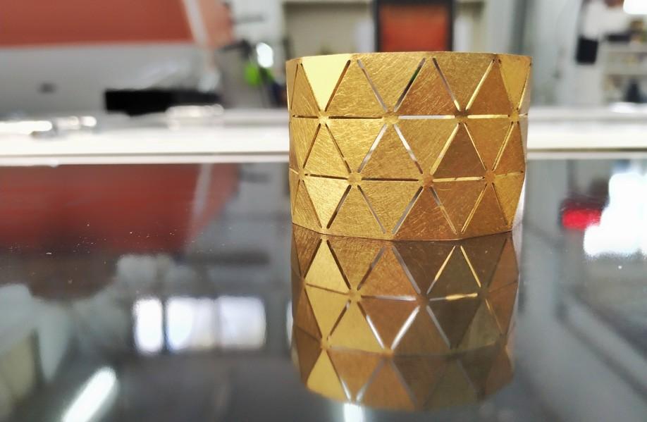 חיתוך תכשיט פליז בלייזר וכיפוף בהתאם לקווי החלשה בחומר ליצירת תכשיט תלת מימדי