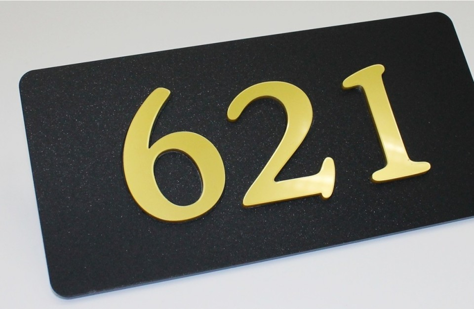 שילוט לחדרי מלון חתוך בלייזר באקריל שחור מט בשילוב זהב