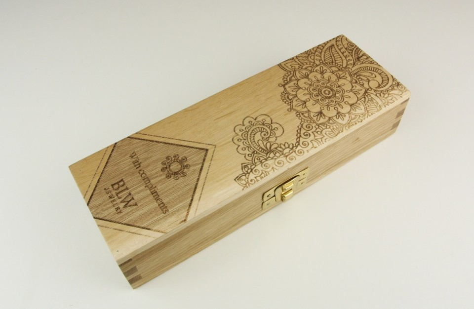 Laser marking on a prestigious wooden case of oak for the wine industry