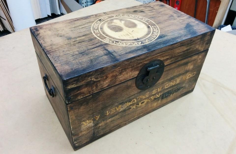 ארגז עץ עם צריבה של לוגו בלייזר